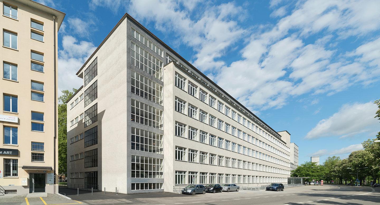 Arbeiten der Schreinerei Eigenmann an der Allgemeinen Berufsschule Zürich: Gesamtsanierung bauzeitlicher Originalfenster.