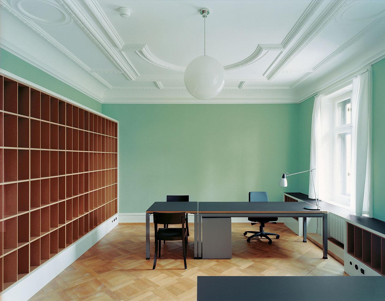 Individuelle Anfertigung von Büromöbeln und Möbelstücken für Private aus massiven Holz bietet die Schreinerei Eigenmann AG