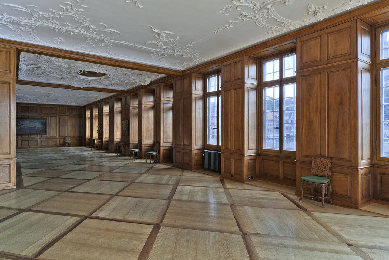 Die gesamtheitliche Sanierung bauzeitlicher Fenster, originalgetreuer der Nachbau bestehender Fenster, das Erneuern und Sanieren historischer Holzböden sowie die Auffrischung historischer Möbel in der Zunft zur Meisen in Zürich hat die Schreinerei Eigenmann AG verantwortet